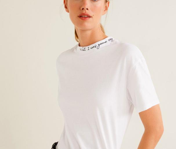 """05221bffeebf …Kanske ihop med den här kaxiga t-shirten med hög hals?! Den kommer från  Mango och jag spår att t-shirtar med den här typen av """"krage"""" kommer vara  det nya i ..."""