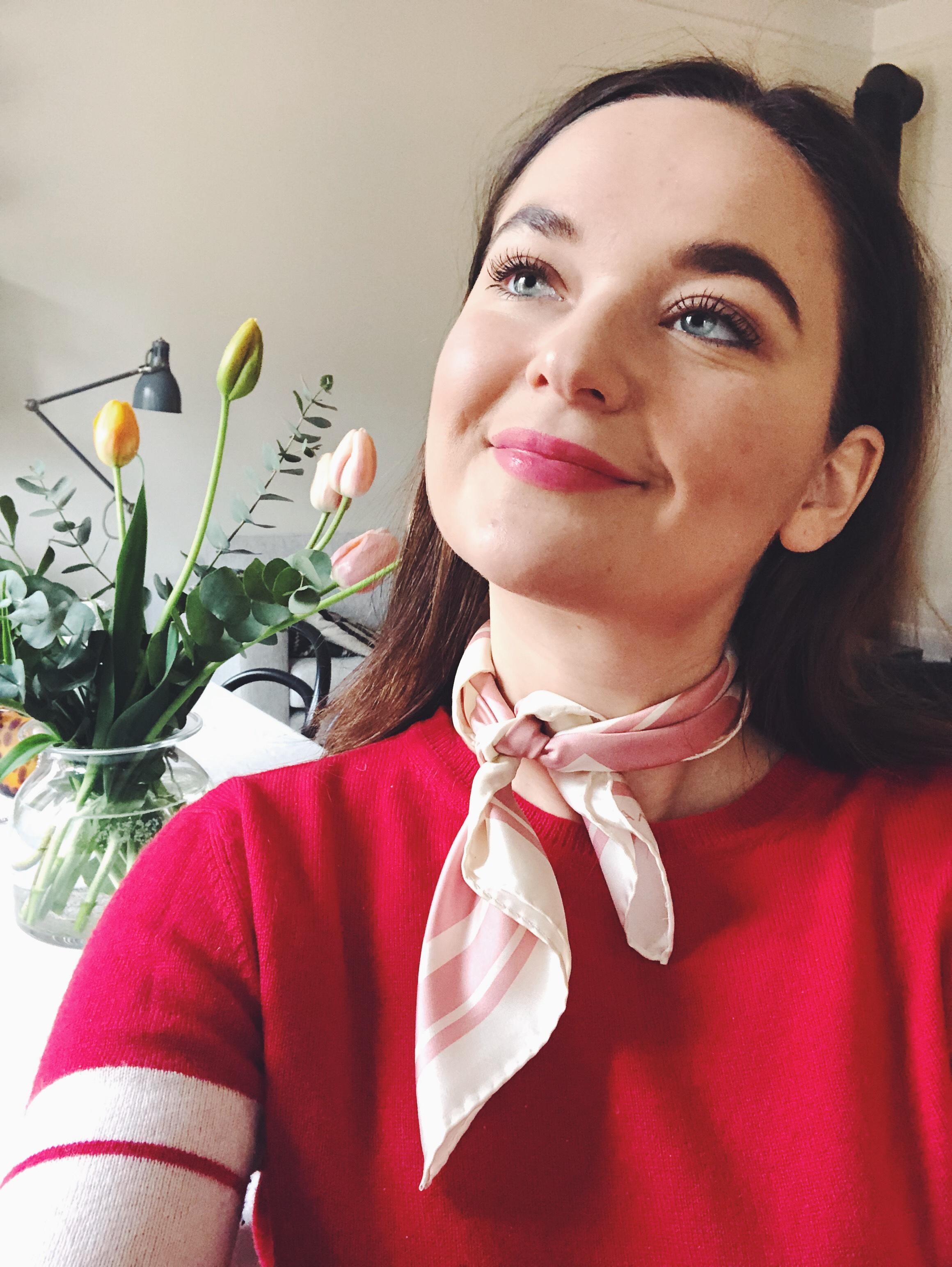baf143892498 Och så här ser jag ut idag! Tror verkligen på scarfs runt halsen i vår. Så  fint mot både tröja och skjorta. Tycker verkligen det PIGGAR UPP.