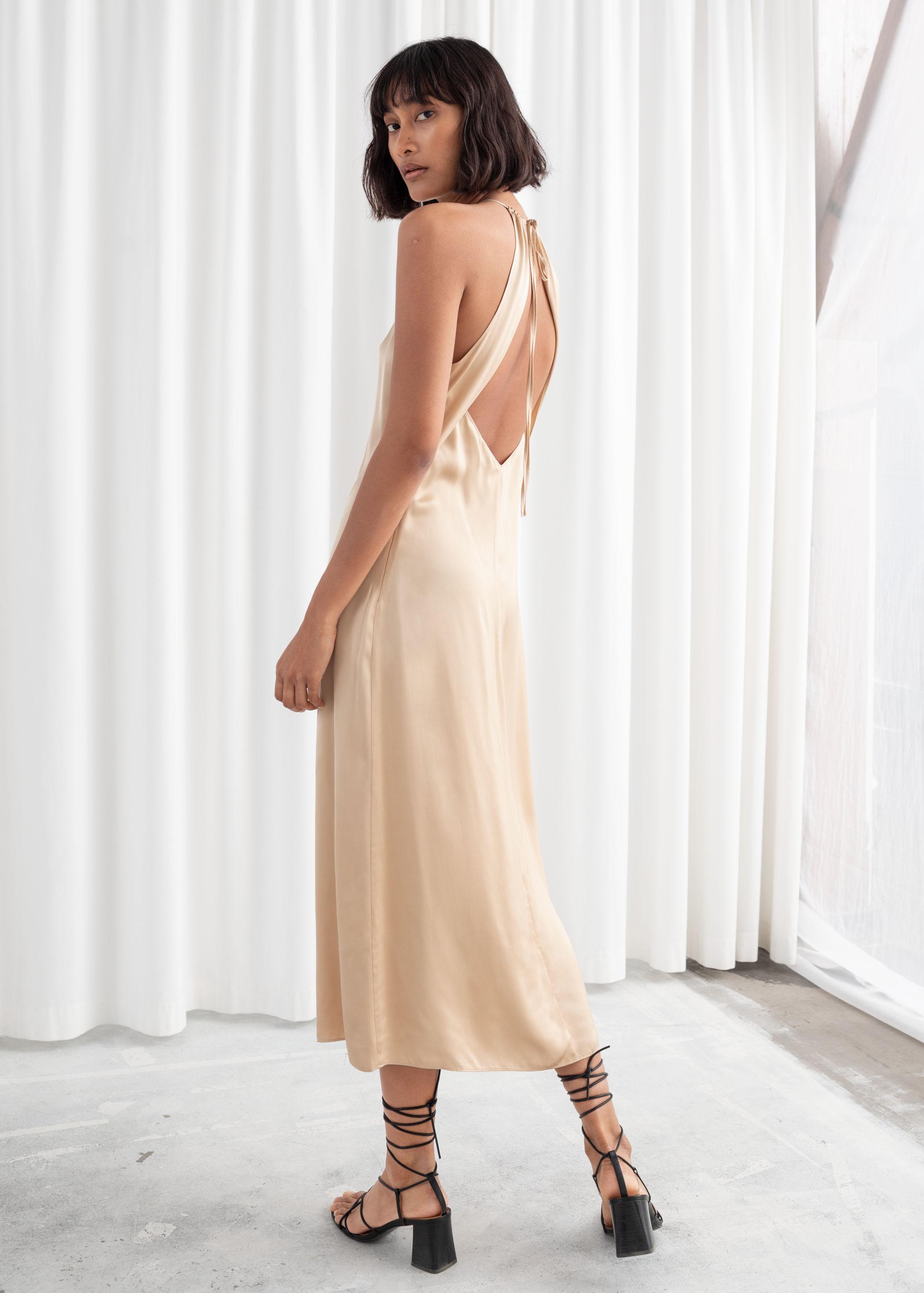 415b67d5f2b8 Allt klär en klassisk skönhet som dig, men kanske är de mest klassiska  klänningarna som klär dig allra bäst. Du matchar denna guldfärgade  satinklänning från ...