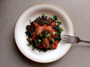 belugalinser med tomatsås och salsicca
