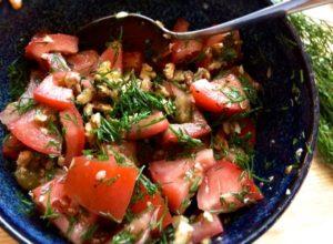 tomatsallad med dill och valnötter