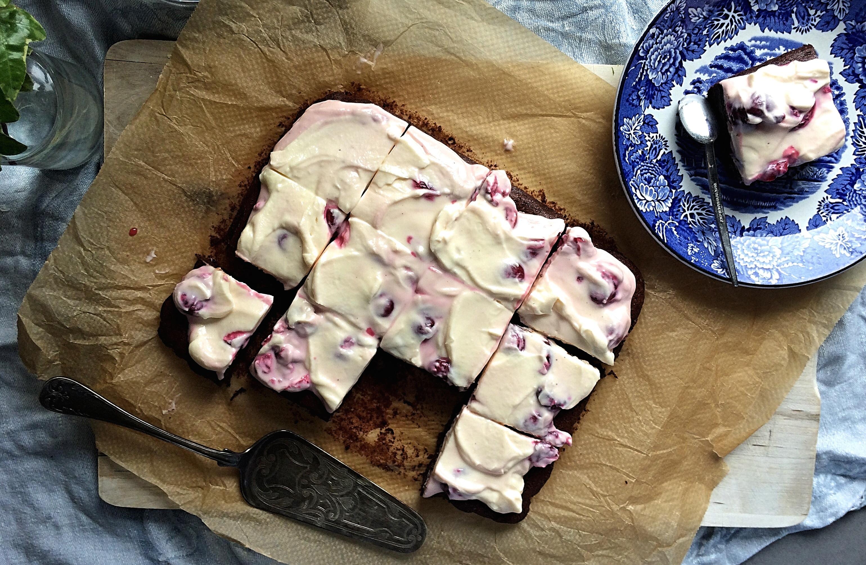 Brownies med mascarpone och körsbär