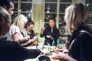 Event för Kikkoman. Jennie Walldén lär ut hur man lagar gyoza och mandu. Fotograf: Emil Nordin