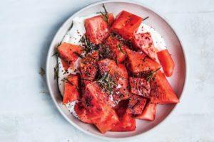 vattenmelon med yoghurt, vallmofrön och rosmarin