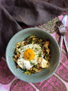 Pyttipanna med sirapsstekt spetskål, stekt ägg och senapskräm