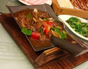 mattrender som bör försvinna: middagen serverad i en spade