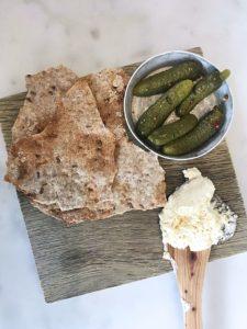 lunch på Portal: egenkärnat smör med brynt karaktär, knäcke samt cornichoner