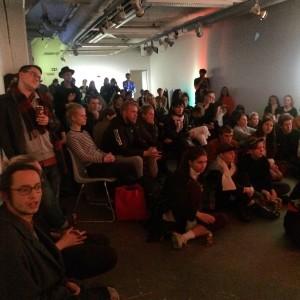 Kolla vad mycket folk som ville titta på poesi en fredagkväll.